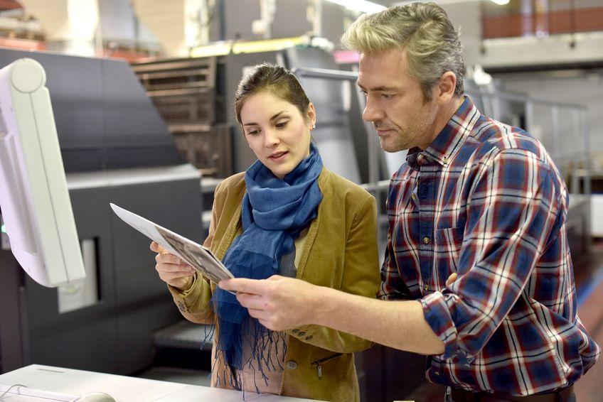 In der Druckerei werden Details zum Gemeindebrief besprochen